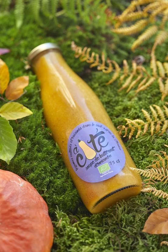 La gamme À côté propose une large offre de produits fabriqués grâce aux producteurs locaux, notamment la soupe de butternut et coriandre.