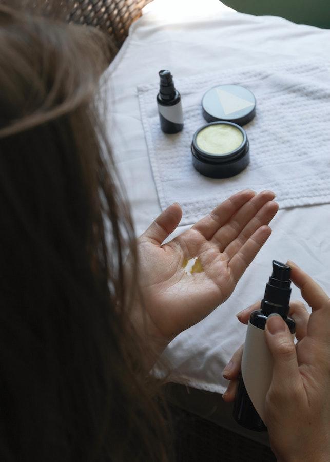 Femme utilisant des cosmétiques